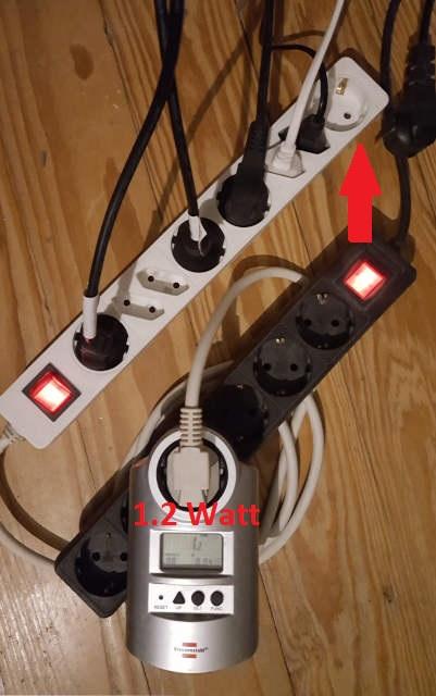 Ein Energiekosten-Messgerät zeigt einen Verbrauch von 1,2 Watt an, nachdem aus einer Steckdosenleiste ein Stecker entfernt wurde.