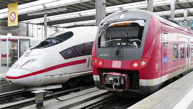 Ein ICE und ein Nahverkehrszug im Bahnhof