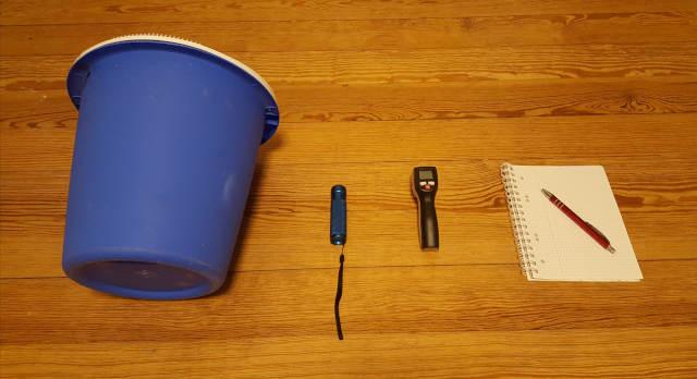 Zur Messung des Energieverbrauchs meines elektronischen Durchlauferhitzers habe ich einen Eimer, eine Taschenlampe, ein Infrarot-Thermometer und einen Notizblock verwendet.